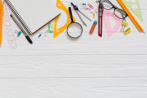 Materiały techniczne do rysowania i okulary