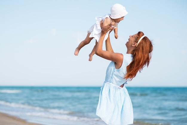 Mather i dziecko na morskiej plaży