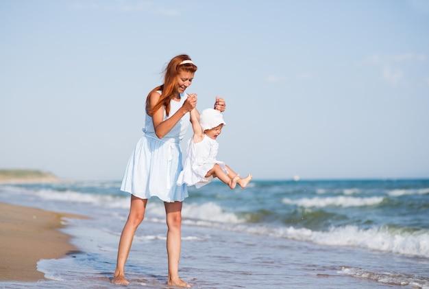 Mather i dziecko na plaży nad oceanem