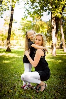 Mather i jej córka w parku.