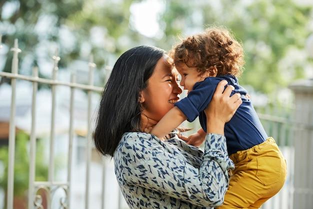 Matka bawi się z małym synkiem
