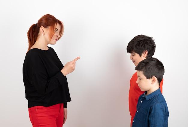 Matka beszta dzieci na białym tle