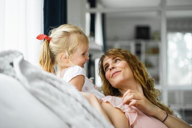 Matka całuje córkę