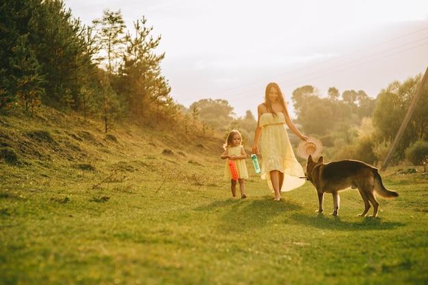 Matka chodzi z jego małą córeczką i ich psem
