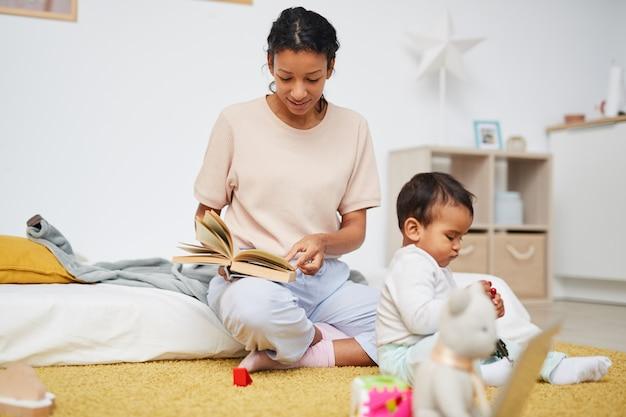 Matka czyta bajkę swojemu dziecku