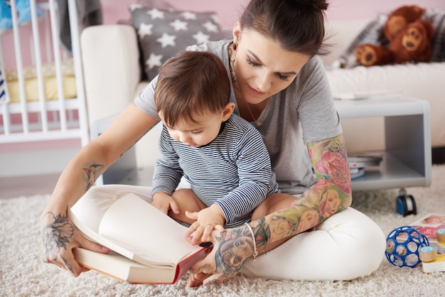 Matka czytająca książkę synowi