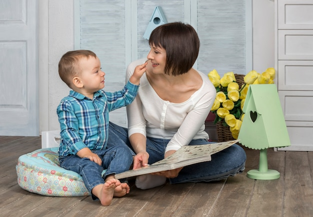 Matka czytanie książki do swojego dziecka