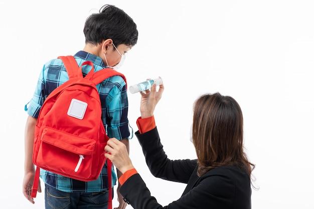 Matka daje synowi żel do mycia rąk