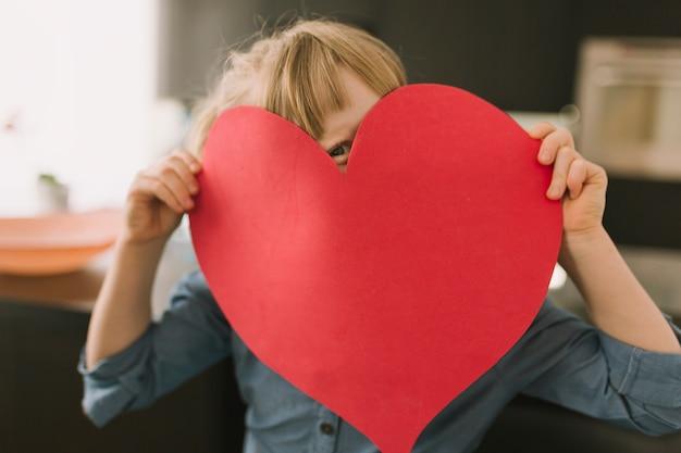 Matka dnia pojęcie z papierowym sercem