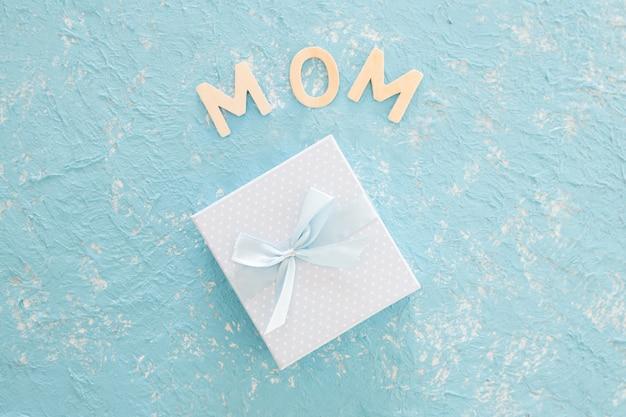 Matka dnia prezent na błękitnym tekstury tle