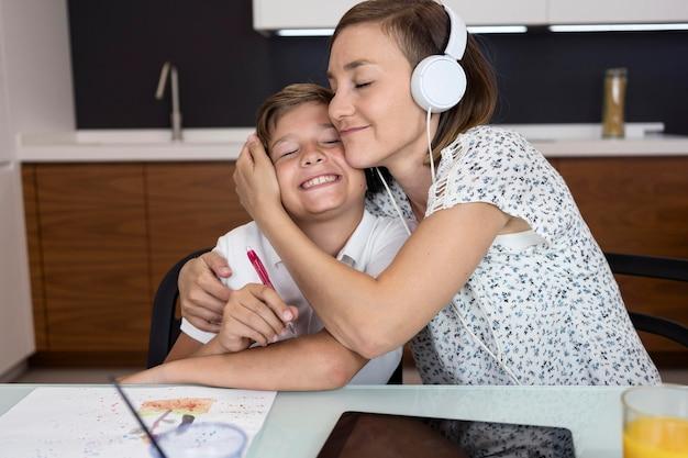 Matka dumna z syna za odrabianie lekcji