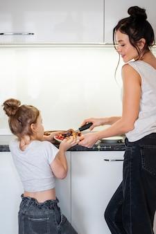 Matka dzieli pyszne ciasto z córką