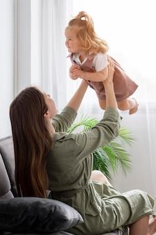 Matka gra z dzieckiem w pomieszczeniu