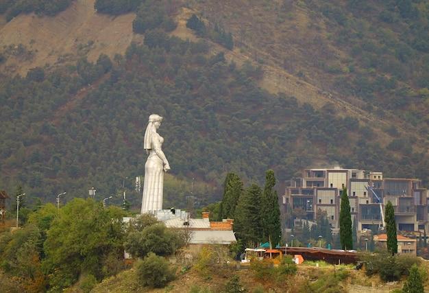 Matka gruzina lub kartlis deda, kultowy pomnik można zobaczyć prawie z każdego punktu w tbilisi w gruzji