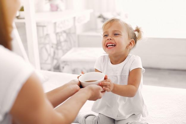 Matka i córeczka jedzą śniadanie w domu