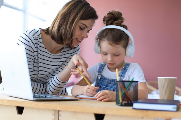 Matka i córeczka odrabiania lekcji online. edukacja online na odległość.
