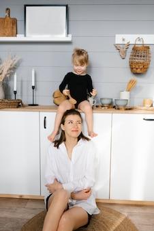 Matka i córka bawią się drewnianymi łyżkami