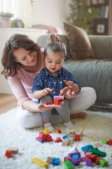 Matka i córka, bawiąc się zabawkami