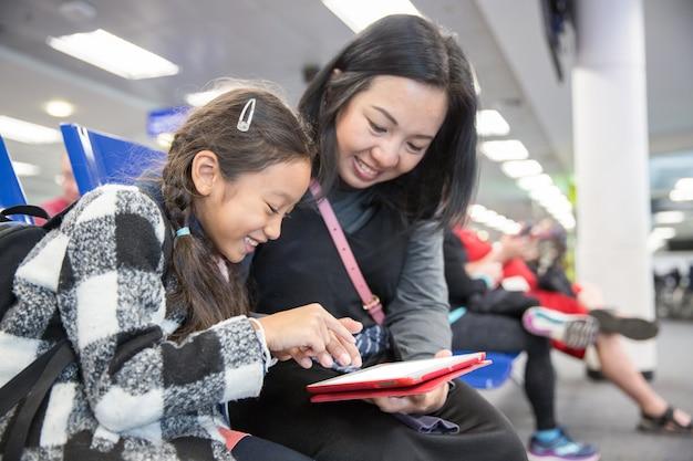 Matka i córka bawić się komputerową pastylkę