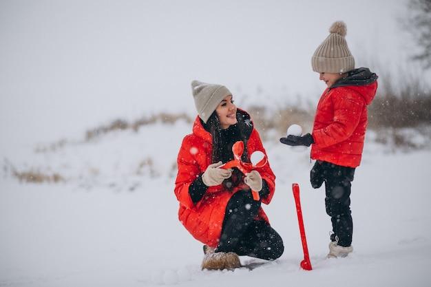 Matka i córka bawić się w zima parku