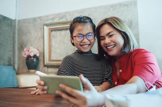 Matka i córka chcą rozmowy wideo ze szczęścia