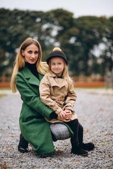 Matka i córka chodzą po stajni