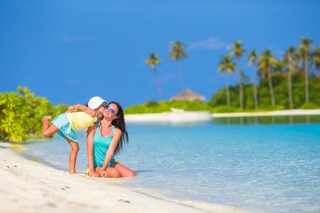 Matka i córka cieszy się czas przy tropikalną plażą