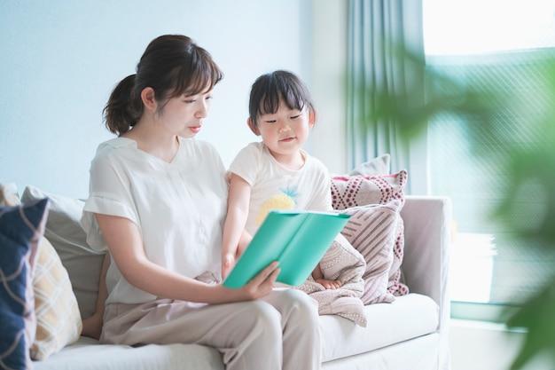 Matka i córka czyta książkę z obrazkami