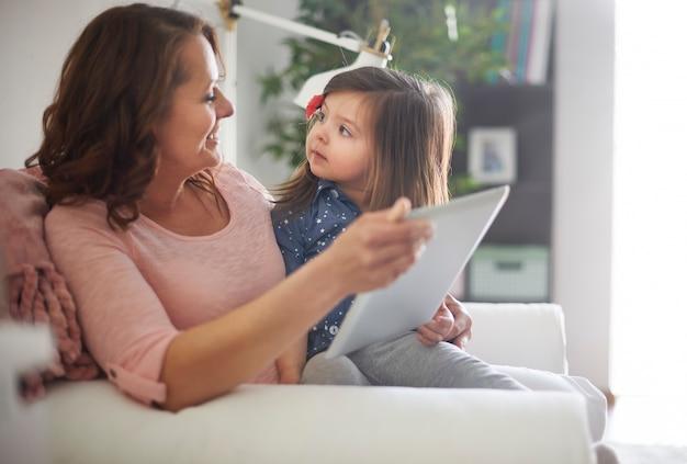 Matka i córka czytając książkę