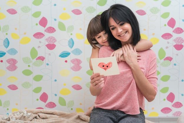 Matka i córka czytająca kartkę z życzeniami