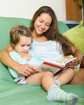 Matka i córka czytanie książki
