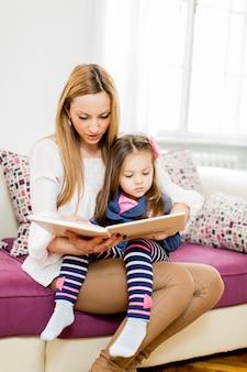 Matka i córka, czytanie w pokoju