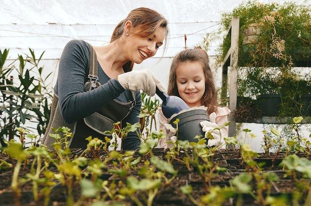 Matka i córka dbają o rośliny