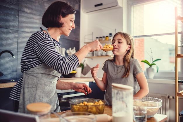 Matka i córka degustacja szarlotki