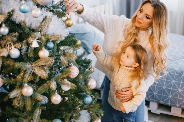 Matka i córka dekorowanie drzewa