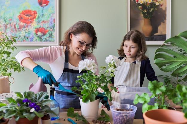 Matka i córka dziecka rośliny doniczkowe, kwiaty. hobby i wypoczynek, opieka, rodzina, roślina doniczkowa, koncepcja przyjaciół doniczkowych w domu