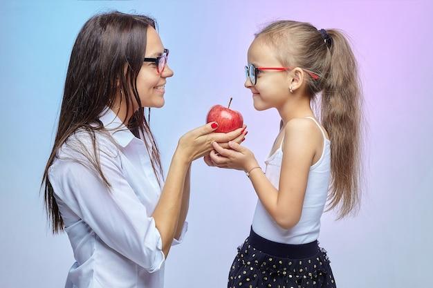 Matka i córka dzielą się apple