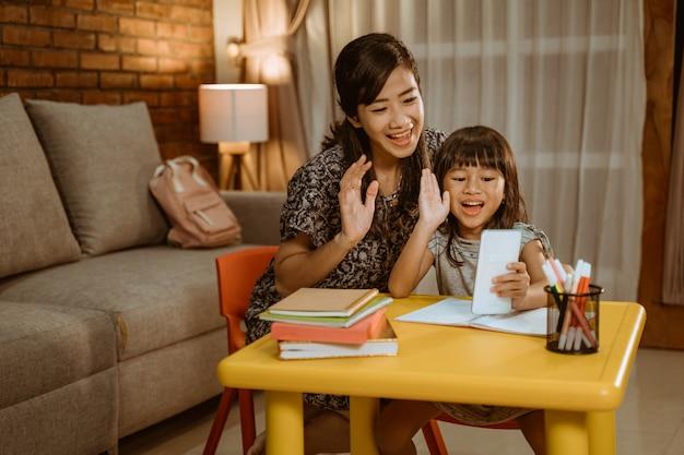 Matka i córka dzwonią ze smartfonem