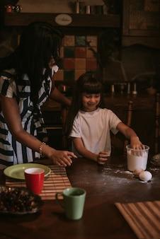 Matka i córka gotowanie w kuchni