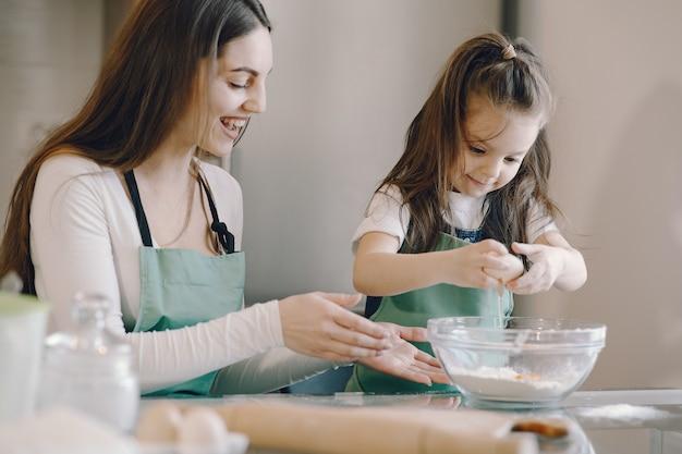 Matka i córka gotują ciasto na ciastka