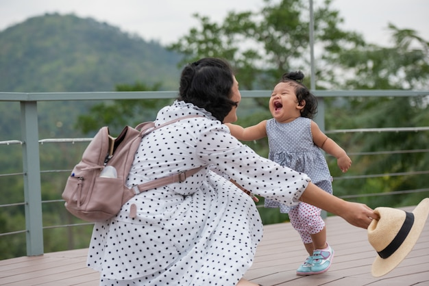 Matka i córka grają razem w parku