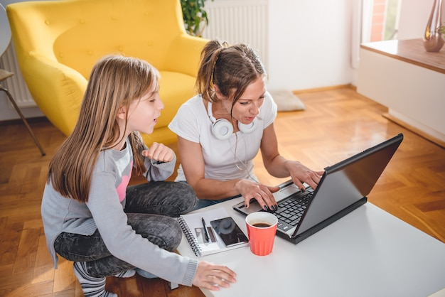 Matka i córka grając w gry wideo
