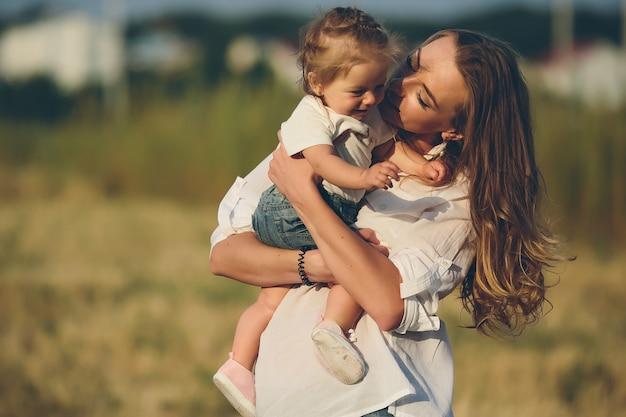 Matka i córka idą razem wiejską drogą