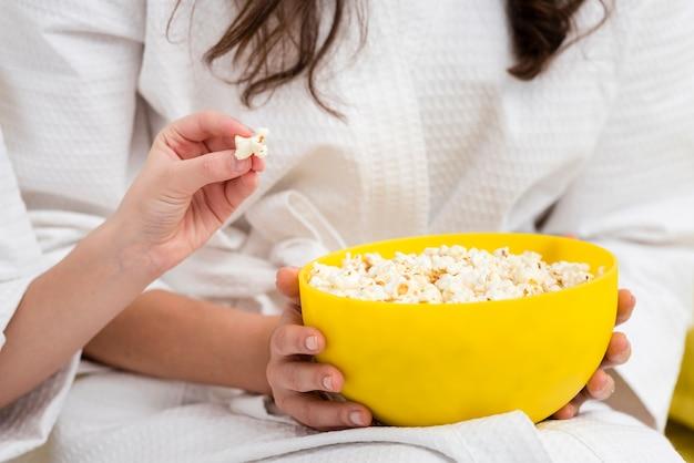 Matka i córka jedzenia popcornu