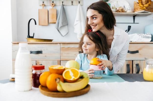 Matka i córka ma śniadanie