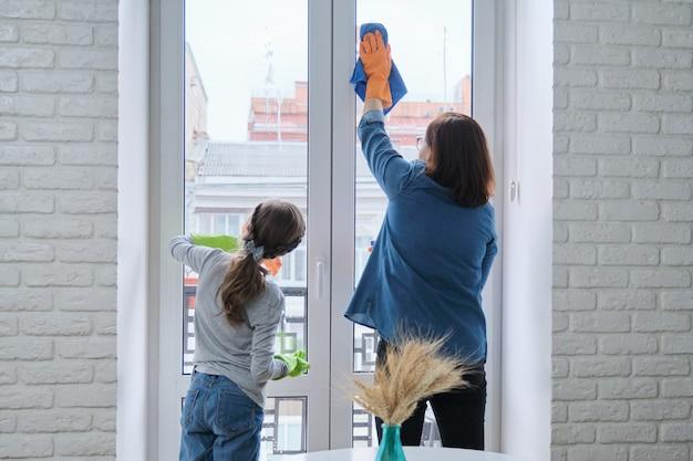 Matka i córka, mycie okien