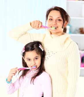 Matka i córka myją zęby.