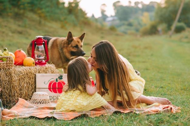 Matka i córka na pikniku z psem