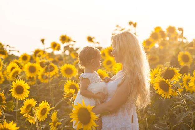 Matka i córka na polu słoneczników jak królowa i księżniczka pól