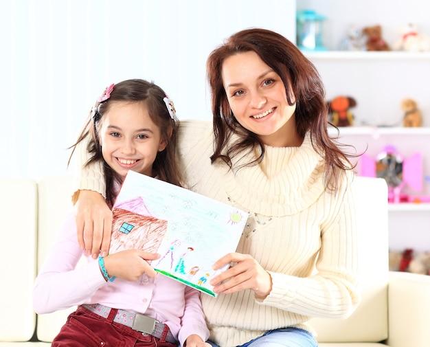 Matka i córka namalowały figurę.